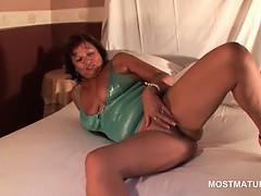 pussy-masturbation-video-with-sexy-mature-lady-on-heels
