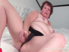 Horny mature vibrating her lusty cunt