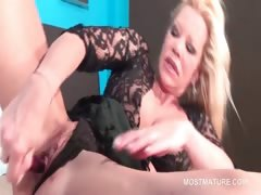 Orgasm addict mature sex bomb vibing her pussy